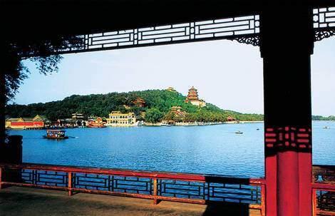 颐和园昆明湖西堤仿杭州西湖苏堤而建,堤上除6座小桥外,没有任何高大